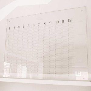 Frau Kopfkino;Lasercut, transparent; Acryl; Acrylschild; Kalender; Wandkalender; Jahreskalender; Wandplaner; Design the life you love; Acrylicsign: immerwährend; nachhaltig; Büro; Schreibtisch; Büroeinrichtung; Office; Officedecoration; Organisation; wiederverwendbar; Wandabstandshalter; Abstandshalter; stylisch; modern; clean; Dekoration; Gold; Spiegelacryl; Kalendarium; Termine; Terminplaner