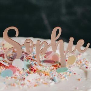 Caketopper; Frau Kopfkino; Tortenstecker; Cake topper; Topper; Torte; Tortendekoration; Gold; Rosegold; Roségold,Acryl; Schulkind; Torte Einschulung; Cake Topper; Cake Schulkind; Einschulung; Schulanfänger; Schulanfang; Schulanfangsdekoration; Dekoration Einschulung; Einschulungstorte; 1. Klasse; persoanlisiert, personalisierte Dekoration; individualisiert; Name; Namensschriftzug