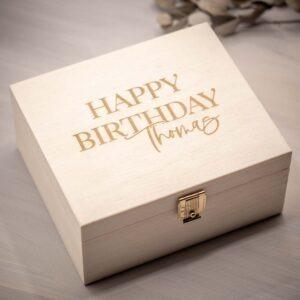 Frau Kopfkino; Geschenkidee; DIY; Lasercut; lasern; Frau Kopfkino Design; Geschenk; Gravur; personalisierte Geschenke; personalisiert; individualisiert; individuelle Geschenke; Schriftzug; Geschenke für Männer; Geschenk; kleine Aufmerksamkeit; Verpackung; Geschenkverpackung; Geburtstag; personalisierte Geschenke; Geburtstagsgeschenk; Geldgeschenk; Box; Kiste; Schachtel; Holzbox; Holzkiste; Holzgravur; Gravur; Namensschriftzug; individuelle Gravur; Namensgravur